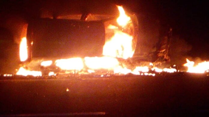 YOFF : UNE VOITURE 4X4 S'ENFLAMME